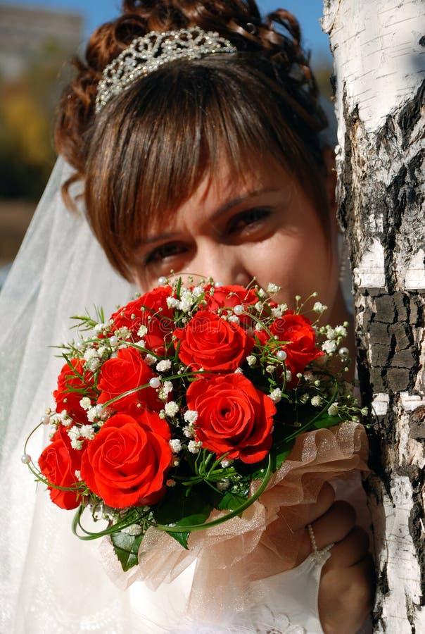 Mariée avec le groupe de fleurs image stock
