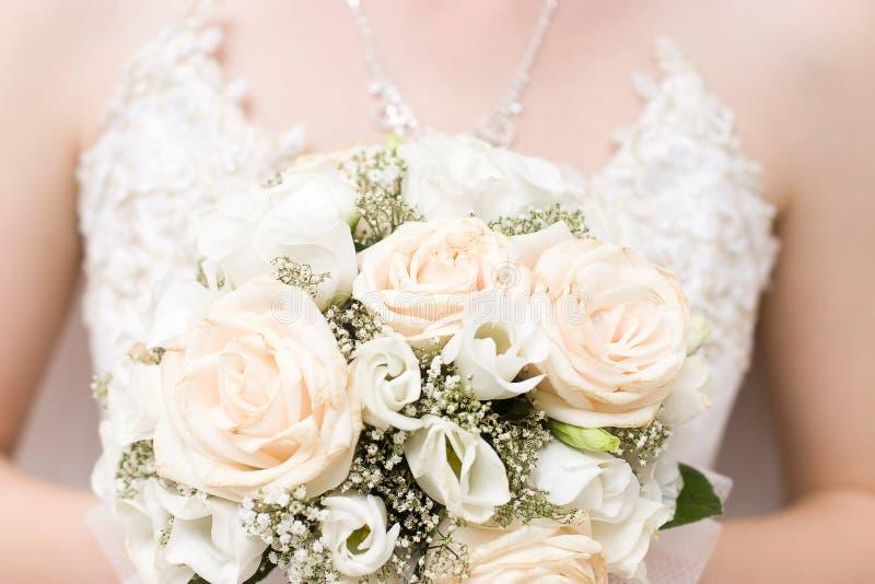 Mariée avec le groupe de fleurs image libre de droits