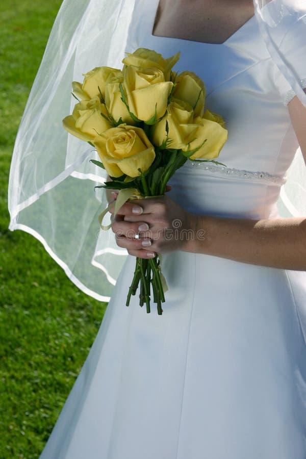 Mariée avec ses fleurs photographie stock libre de droits