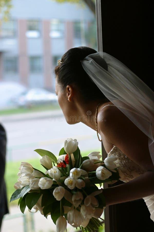 Mariée avec un bouquet photographie stock