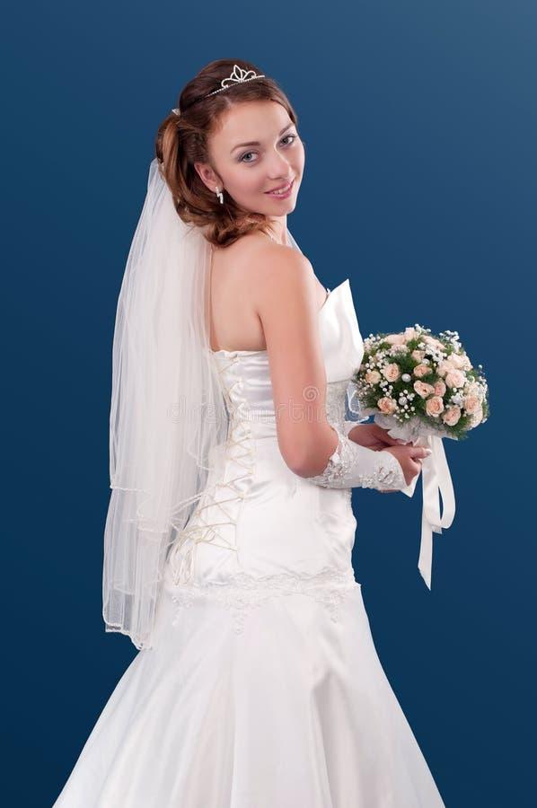 Mariée avec un bouquet des fleurs images stock