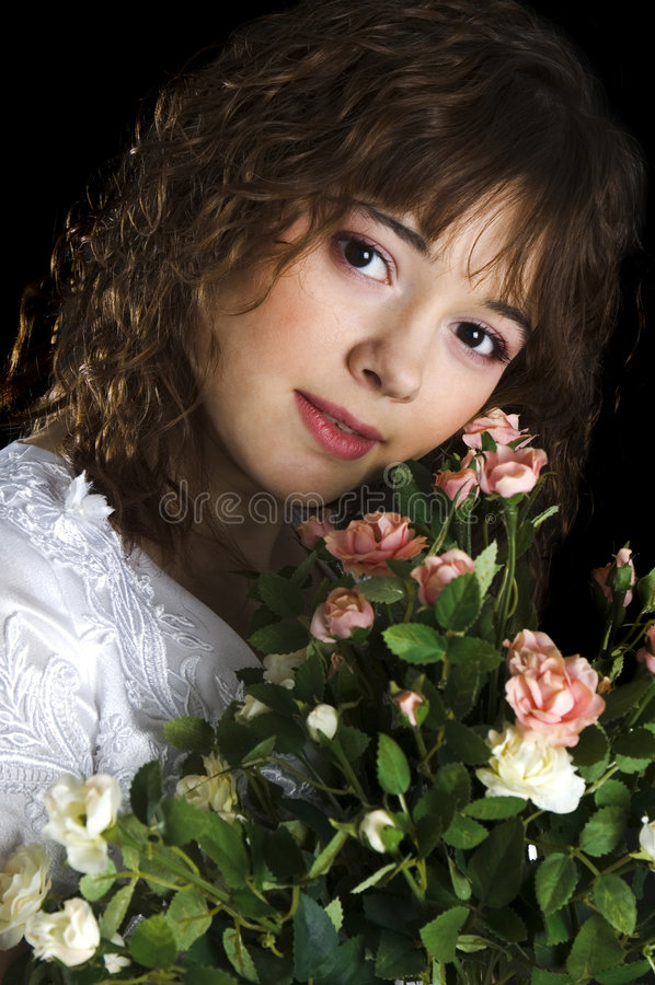 Mariée avec un bouquet des roses photos stock