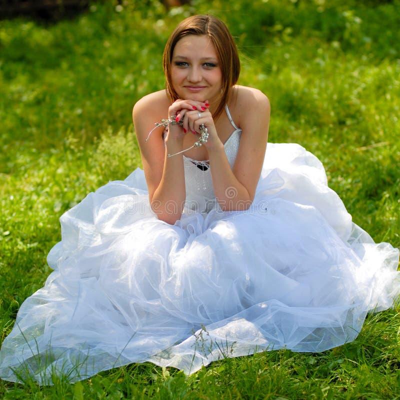 Mariée dans l'attente : Beau femme dans la robe nuptiale photographie stock libre de droits