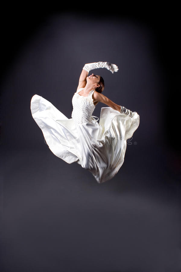 Mariée dans la danse blanche de robe photo stock