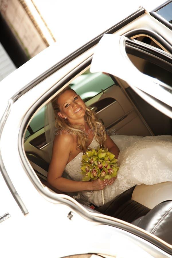 Mariée dans la limousine image stock