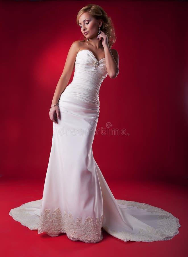 Mariée dans la longue robe de mariage. images stock