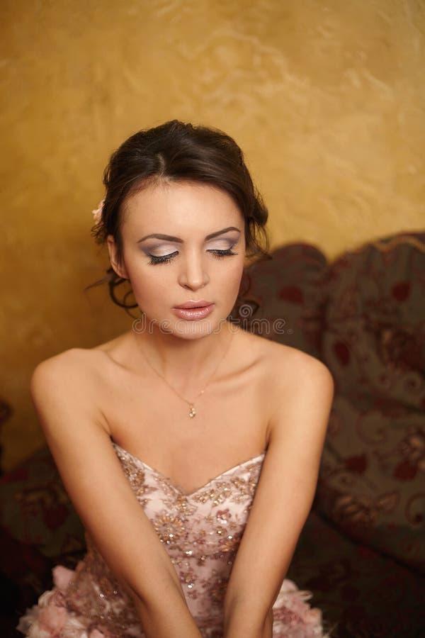 Mariée dans la robe de mariage dans l'intérieur image stock