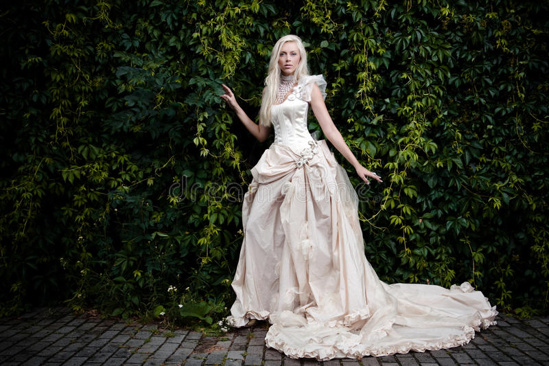 Mariée dans le blanc image stock