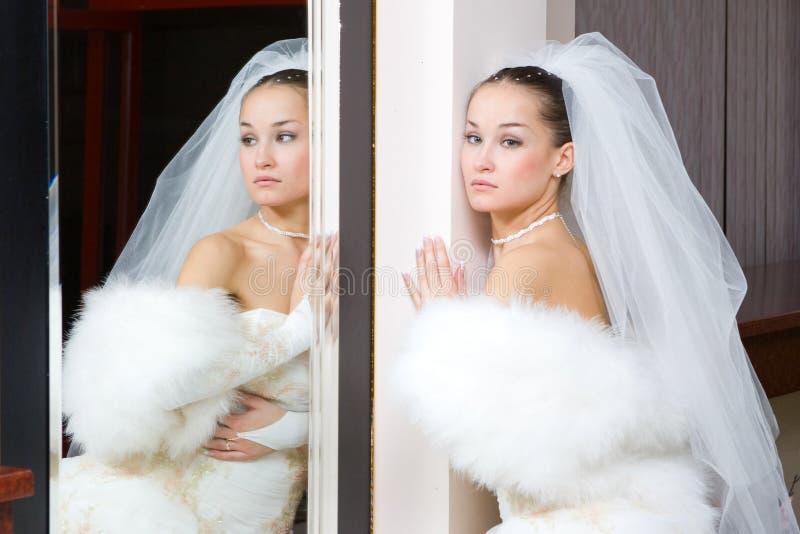 Mariée dans le miroir image libre de droits