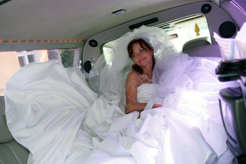 Mariée dans le véhicule de mariage images libres de droits