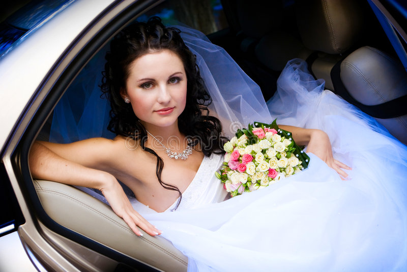 Mariée dans le véhicule de mariage photo stock