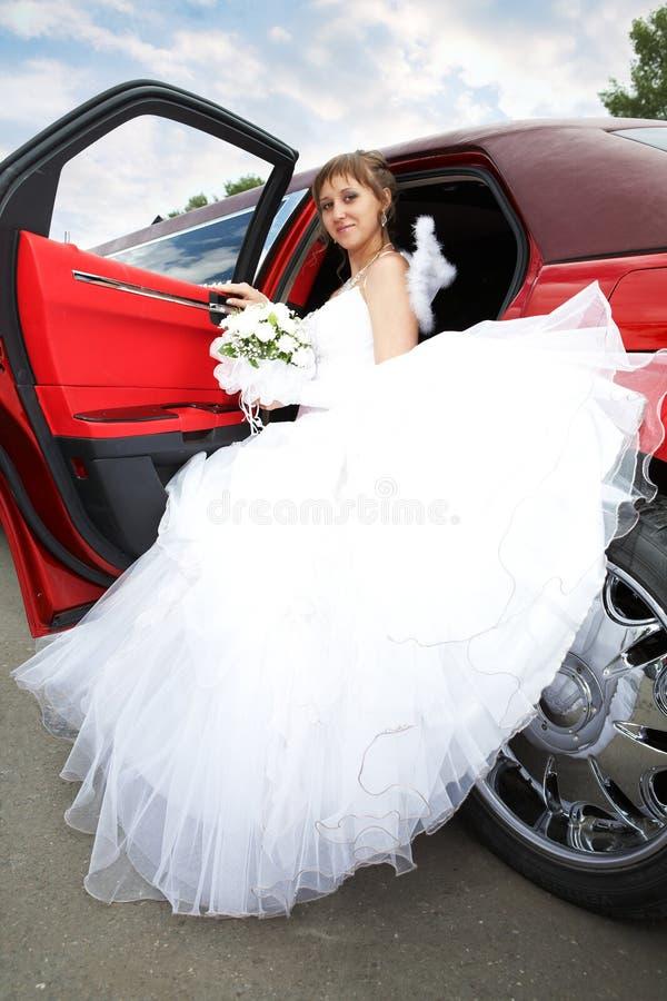 Mariée de beauté avec la limousine photographie stock
