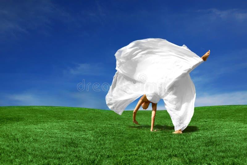 Mariée de Cartwheeling à l'extérieur image stock