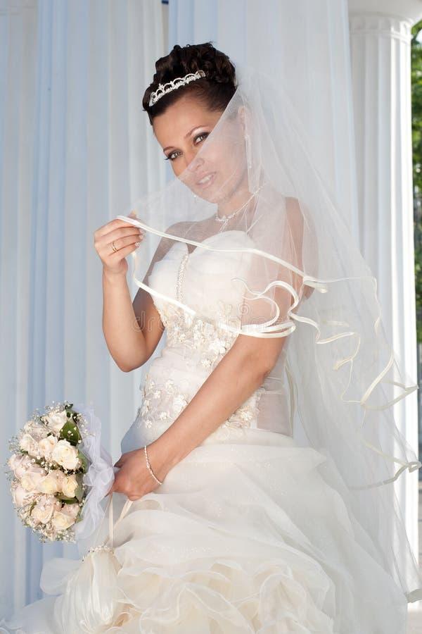 Mariée de sourire à l'extérieur photos stock