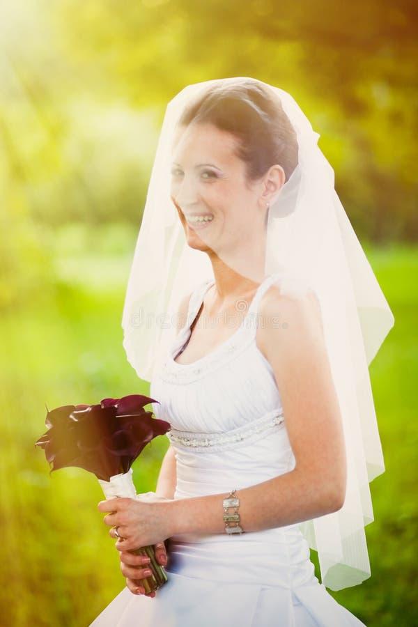 Mariée de sourire à l'extérieur photo libre de droits