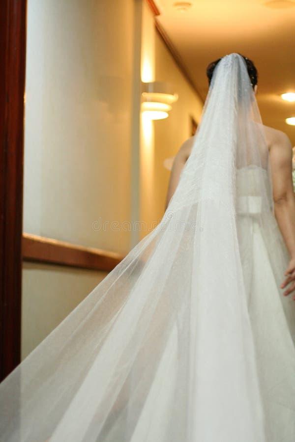 Mariée descendant le bas-côté au mariage image libre de droits