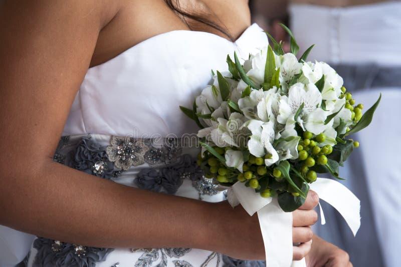 Mariée Et Bouquet Photo stock