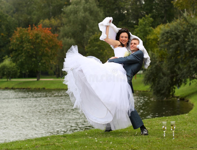 Mariée et marié à l'extérieur photographie stock libre de droits