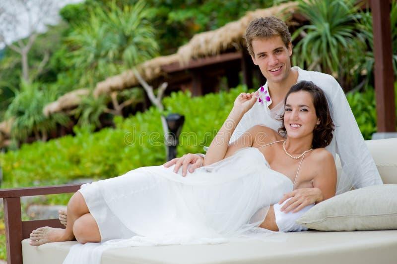 Mariée et marié à l'extérieur photos stock