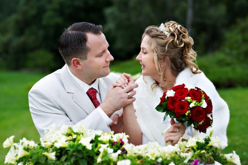 Mariée et marié à la promenade de mariage photo stock