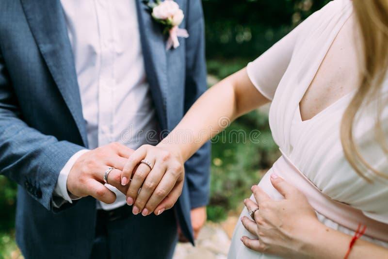 Mariée et marié affichant des boucles de mariage dessin-modèle Orientation molle image libre de droits