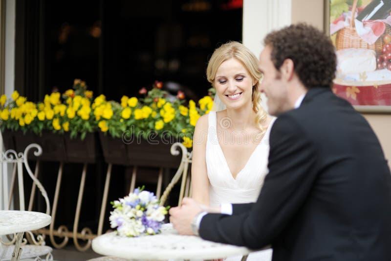 Mariée et marié au café extérieur images stock