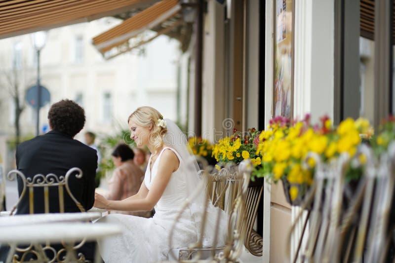 Mariée et marié au café extérieur photographie stock