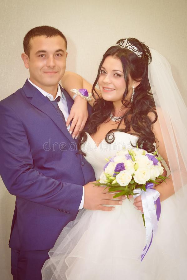 Mariée et marié avec un bouquet photo stock
