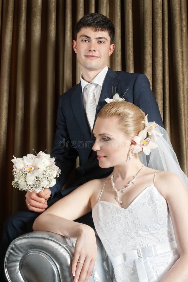 Mariée et marié dans l'intérieur photo libre de droits