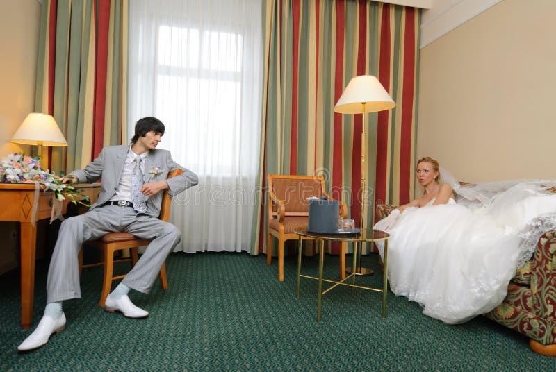Mariée et marié dans la chambre d'hôtel photo libre de droits