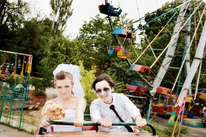 Mariée et marié en parc d'attractions photo libre de droits