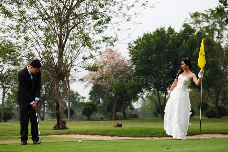 Mariée et marié jouant au golf photos libres de droits