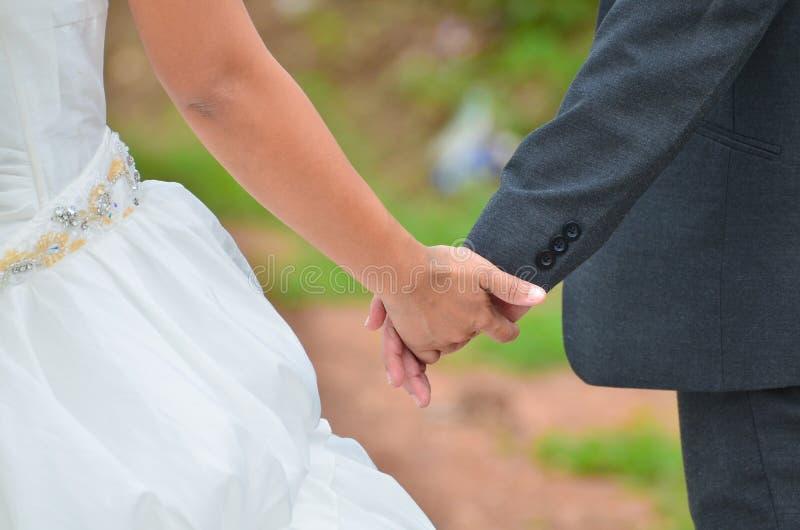 Mariée et marié marchant loin photo stock