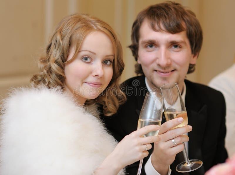 Mariée et marié posant ensemble photo libre de droits