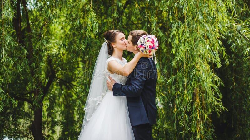 Mariée et marié posant ensemble photo stock