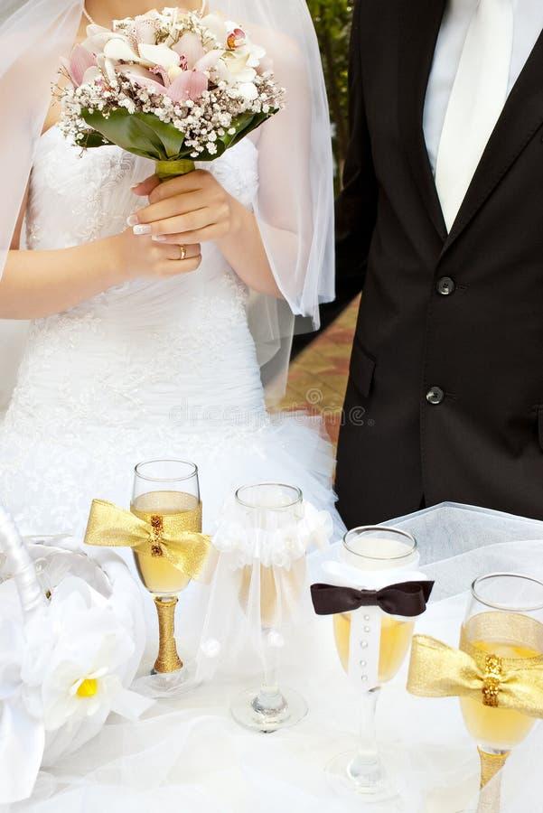Mariée et marié près de table de mariage photos stock