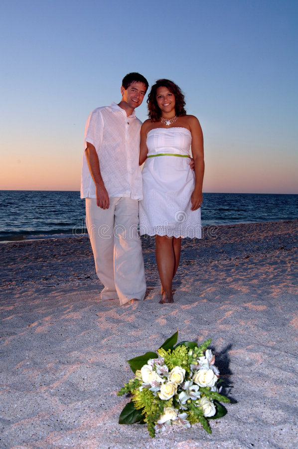 Mariée et marié sur la plage images stock