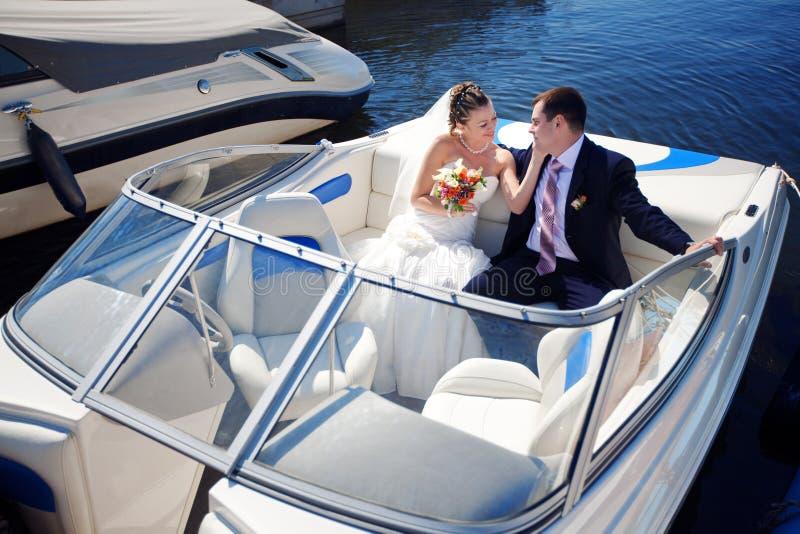 Mariée et marié sur le bateau photographie stock libre de droits