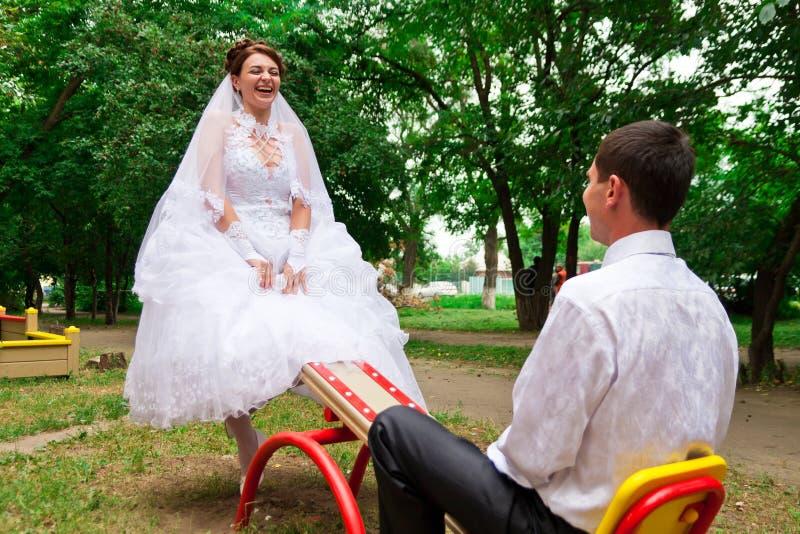 Mariée et marié sur une balançoir photos libres de droits