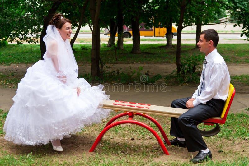 Mariée et marié sur une balançoir photo libre de droits