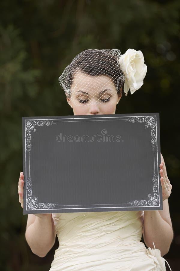 Mariée et panneau blanc photographie stock