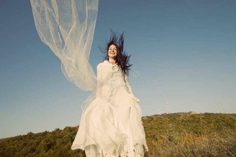 Mariée heureuse avec brancher rouge de gaines images libres de droits