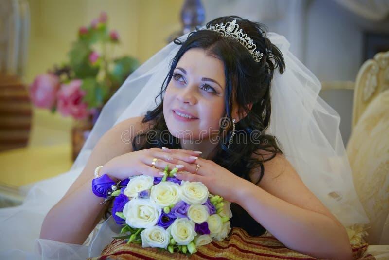 Mariée heureuse avec le bouquet de mariage image libre de droits