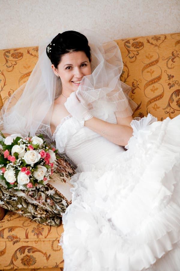 Mariée heureuse sur le sofa image libre de droits
