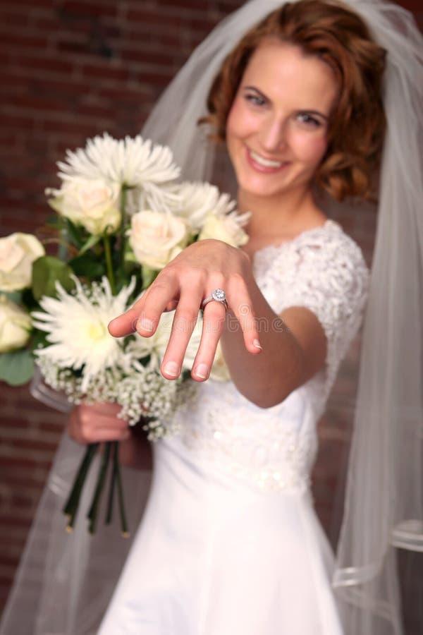 Mariée moderne avec le fond de brique photos stock