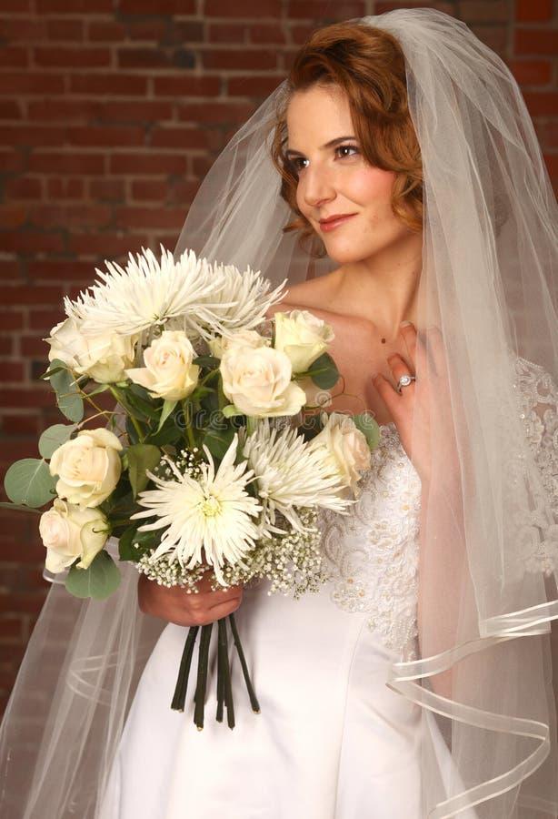 Mariée moderne avec le fond de brique photographie stock libre de droits