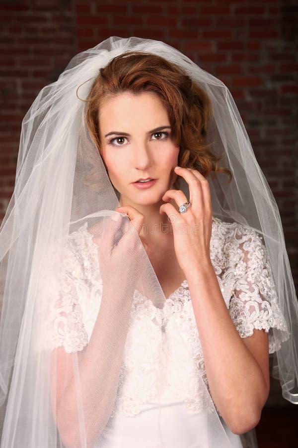 Mariée moderne avec le fond de brique photos libres de droits