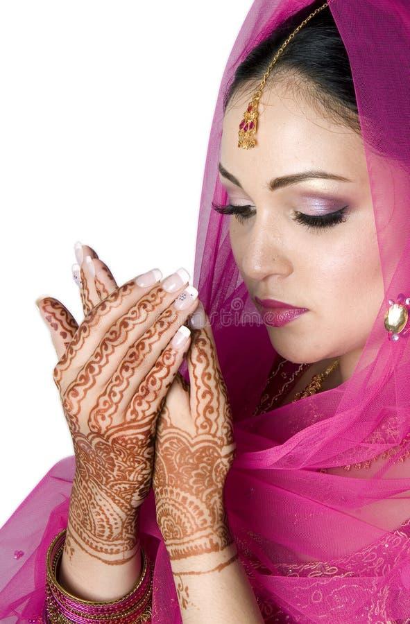 Mariée musulmane dans la prière image libre de droits