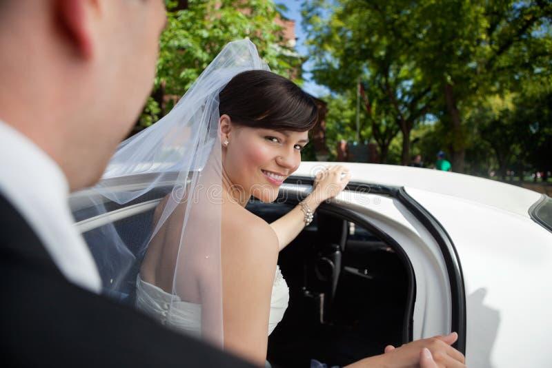 Mariée obtenant dans la limousine image stock