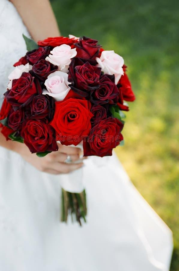 Mariée retenant le bouquet floral image libre de droits